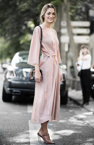 Trend da donna 2020: Opta per un vestito a portafoglio beige se preferisci uno stile ordinato e alla moda. Sandali con tacco in pelle scamosciata marroni sono una gradevolissima scelta per completare il look.