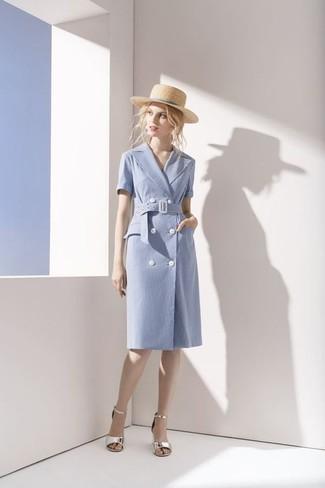 Come indossare: vestito a portafoglio di cotone azzurro, sandali con tacco in pelle argento, borsalino di paglia beige