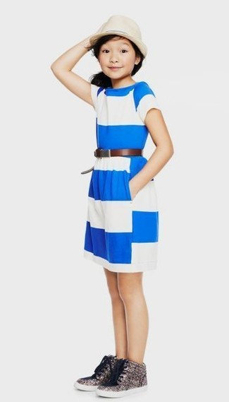 Come indossare: vestito a righe orizzontali bianco e blu, sneakers con paillettes argento, borsalino beige