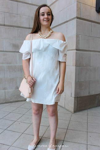 Come indossare e abbinare: vestito a spalle scoperte bianco, ballerine in pelle bianche, borsa a tracolla in pelle beige, collana di perle bianca