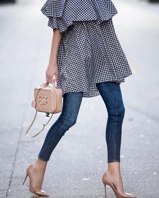 Come indossare: vestito a spalle scoperte a quadretti blu scuro, jeans aderenti blu scuro, décolleté in pelle marrone chiaro, borsa a tracolla in pelle trapuntata marrone chiaro