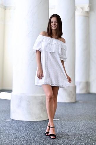 Look alla moda per donna  Vestito a spalle scoperte di pizzo bianco ... 3f15bb3c465