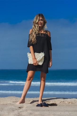 Come indossare: vestito a spalle scoperte di pizzo nero, sandali piatti in pelle neri, pochette di paglia beige