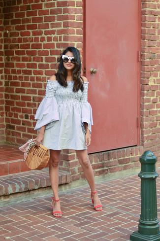 Come indossare e abbinare: vestito a spalle scoperte a righe verticali grigio, sandali con tacco in pelle fucsia, pochette di paglia marrone chiaro, occhiali da sole neri e bianchi