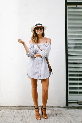 Come indossare: vestito a spalle scoperte a righe verticali grigio, sandali con tacco in pelle marroni, borsa a tracolla in pelle marrone, borsalino di paglia bianco