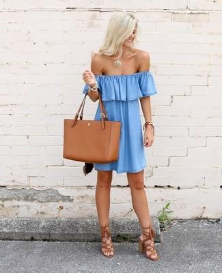 Come indossare: vestito a spalle scoperte di jeans azzurro, sandali con tacco in pelle scamosciata con frange terracotta, borsa shopping in pelle terracotta, collana con ciondolo dorata