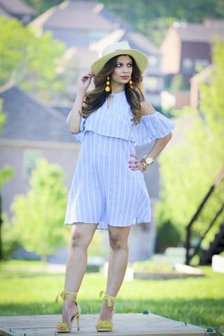 Come indossare: vestito a spalle scoperte a righe verticali azzurro, sandali con tacco in pelle scamosciata lime, borsalino di paglia beige, orologio dorato