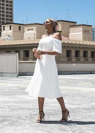 Come indossare e abbinare occhiali da sole bianchi: Per un outfit della massima comodità, prova ad abbinare un vestito a spalle scoperte bianco con occhiali da sole bianchi. Un paio di sandali con tacco in pelle neri si abbina alla perfezione a una grande varietà di outfit.
