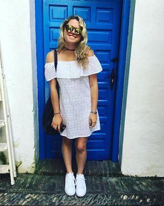 Come indossare: vestito a spalle scoperte con occhielli bianco, sneakers basse bianche, borsa shopping in pelle blu scuro, occhiali da sole dorati