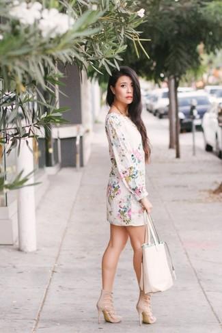 Come indossare: vestito a trapezio a fiori bianco, sandali con tacco in pelle scamosciata beige, borsa shopping in pelle bianca