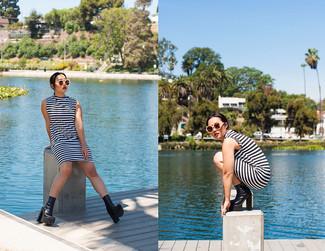 Sfrutta gli abiti più adatti al tempo libero con questa combinazione di un vestito a trapezio a righe orizzontali bianco e nero e occhiali da sole beige. Scegli un paio di stivaletti in pelle pesanti neri come calzature per mettere in mostra il tuo gusto per le scarpe di alta moda.