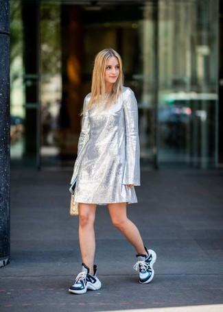Come indossare: vestito a trapezio argento, scarpe sportive blu, pochette in pelle trapuntata beige
