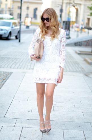 Trend da donna 2020: Vestiti con un vestito a trapezio di pizzo bianco per un look da sfoggiare sul lavoro. Completa questo look con un paio di décolleté in pelle con borchie grigi.