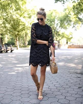 Come indossare: vestito a trapezio con occhielli nero, sandali con tacco in pelle scamosciata beige, pochette di paglia marrone chiaro