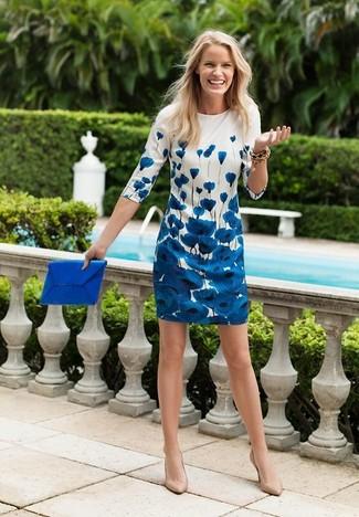 check out 8ce45 b725f Come indossare un vestito a trapezio a fiori bianco e blu (6 ...