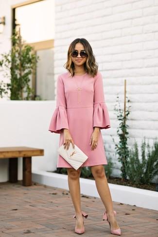 Come indossare: vestito a trapezio con volant rosa, décolleté in pelle scamosciata rosa, pochette in pelle trapuntata bianca, occhiali da sole neri