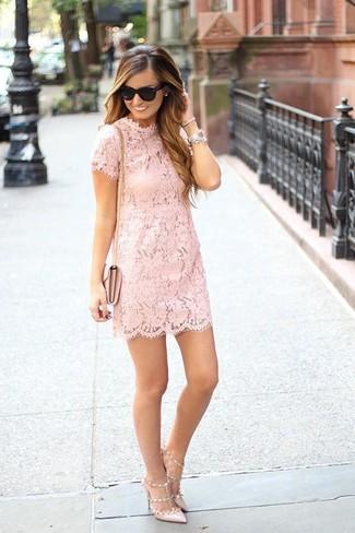 Come indossare e abbinare décolleté in pelle beige: Scegli un outfit composto da un vestito a trapezio di pizzo rosa per un look ordinato e appropriato. Décolleté in pelle beige sono una valida scelta per completare il look.