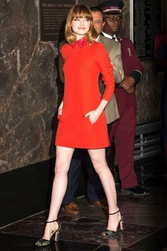 new products d10b9 5c52c Look di Emma Stone: Vestito a trapezio di lana rosso ...