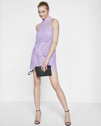 Come indossare e abbinare: vestito a trapezio di pizzo viola chiaro, sandali con tacco in pelle neri, pochette in pelle con borchie nera