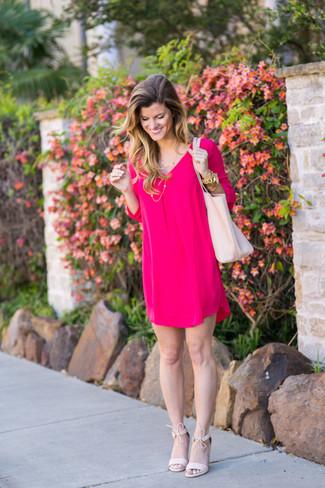 Trend da donna: Scegli un vestito a trapezio fucsia, perfetto per il lavoro. Sandali con tacco in pelle scamosciata rosa sono una eccellente scelta per completare il look.