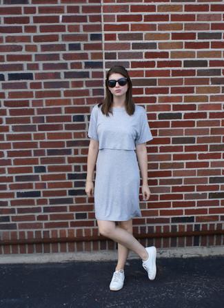 Come indossare: vestito a trapezio grigio, sneakers basse bianche, occhiali da sole neri