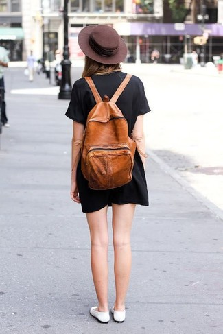Come indossare e abbinare: vestito a trapezio nero, ballerine in pelle bianche, zaino in pelle terracotta, borsalino di lana marrone scuro