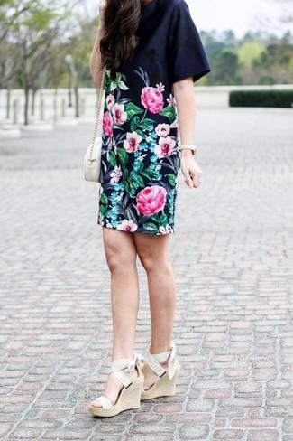 Come indossare: vestito a trapezio a fiori nero, sandali con zeppa elasticizzati beige, borsa a tracolla in pelle bianca, orologio dorato