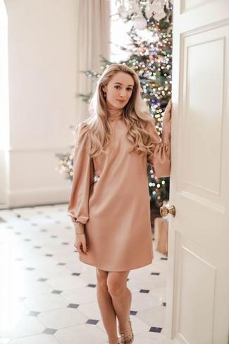 Come indossare: vestito a trapezio rosa, sandali con tacco in pelle con borchie beige