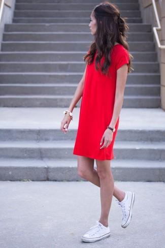 Come indossare: vestito a trapezio rosso, sneakers basse di tela bianche, bracciale bianco