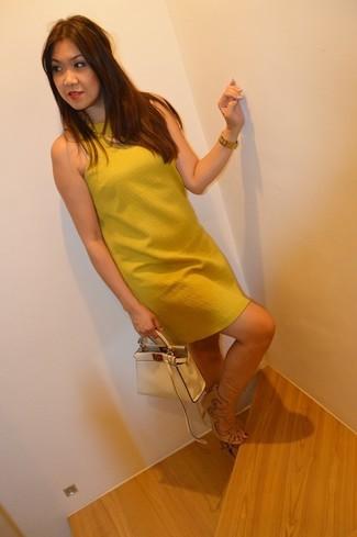 Come indossare: vestito a trapezio senape, sandali con tacco in pelle scamosciata beige, borsa a mano in pelle beige, orologio dorato