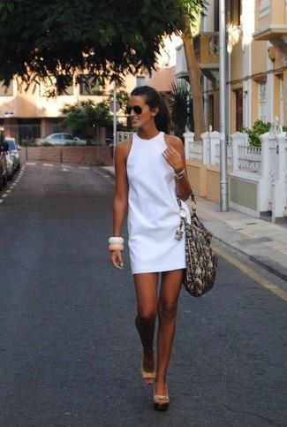 Come indossare: vestito a trapezio bianco, sandali con zeppa in pelle beige, borsa shopping in pelle con stampa serpente grigia, occhiali da sole neri