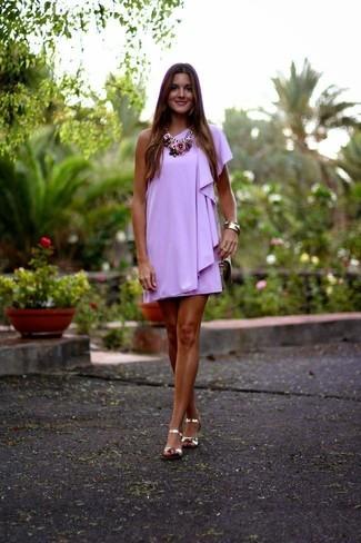 Come indossare e abbinare: vestito a trapezio viola chiaro, sandali piatti in pelle dorati, borsa a tracolla in pelle beige, collana a fiori rosa