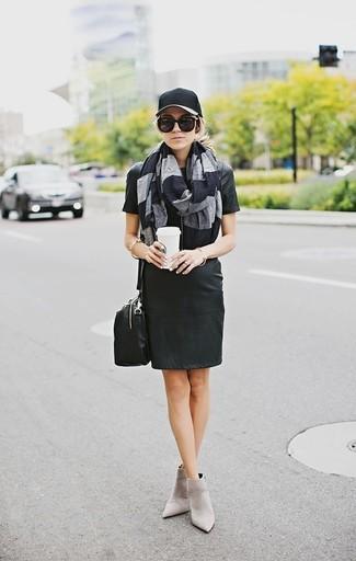 Come indossare e abbinare: vestito a trapezio in pelle nero, stivaletti in pelle scamosciata grigi, borsa a tracolla in pelle nera, berretto da baseball nero