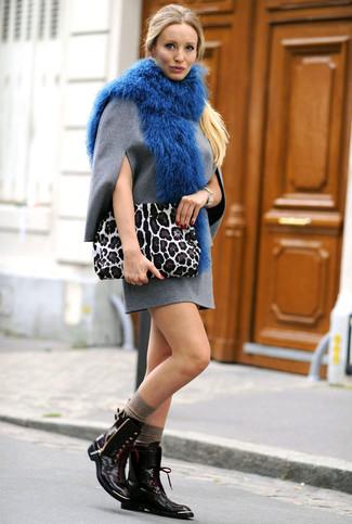 Come indossare: vestito a trapezio di lana grigio, stivali piatti stringati in pelle neri, pochette in pelle scamosciata leopardata bianca, sciarpa di pelliccia blu