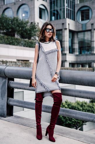 a0a6c2f1c1d0e5 ... Look alla moda per donna: Vestito a trapezio di tweed grigio, Stivali  sopra il