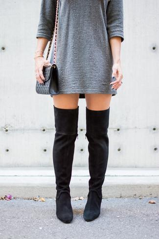 Come indossare: vestito a trapezio testurizzato grigio, stivali sopra il ginocchio in pelle scamosciata neri, borsa a tracolla in pelle trapuntata nera