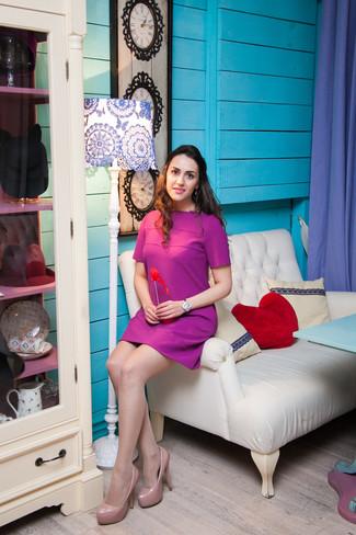 Come indossare e abbinare: vestito a trapezio viola melanzana, décolleté in pelle beige, orologio argento