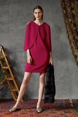 Come indossare e abbinare: vestito a trapezio viola melanzana, mocassini eleganti in pelle con frange dorati, sciarpa di pelliccia nera