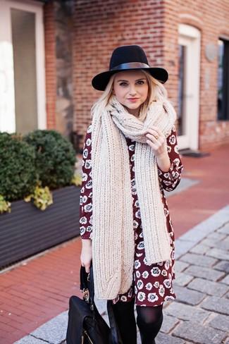 Come indossare: vestito a trapezio a fiori bordeaux, zaino in pelle nero, borsalino di lana nero, sciarpa lavorata a maglia beige