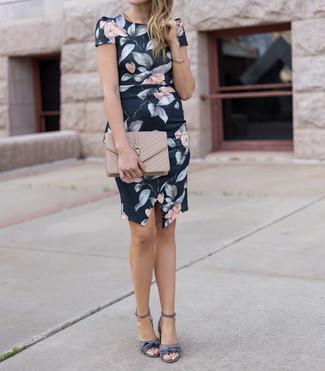Come indossare: vestito a tubino a fiori nero, sandali con tacco di raso grigi, pochette in pelle trapuntata beige