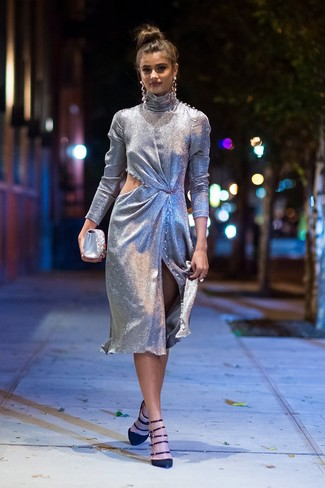 Come indossare: vestito a tubino tagliato argento, décolleté in pelle scamosciata neri, pochette di raso decorata argento, orecchini argento