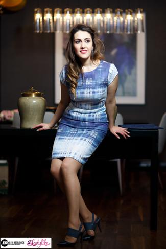 Come indossare: vestito a tubino azzurro, sandali con tacco in pelle blu scuro, orecchini blu