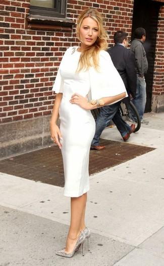 Come indossare: vestito a tubino bianco, décolleté con paillettes decorati argento, spilla trasparente, bracciale argento