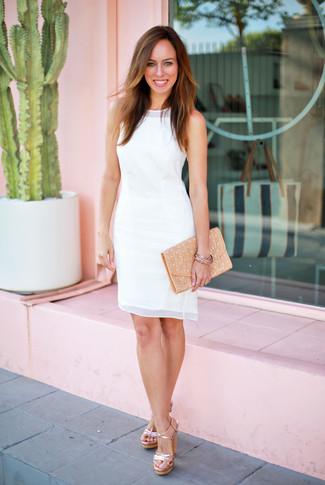 Come indossare e abbinare: vestito a tubino di chiffon bianco, sandali con tacco in pelle dorati, pochette in pelle marrone chiaro, bracciale dorato