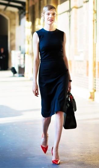 Come indossare: vestito a tubino blu scuro, décolleté in pelle rossi, borsa shopping in pelle nera