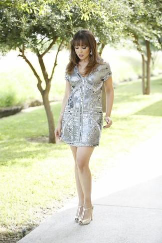 Come indossare: vestito a tubino con paillettes grigio, décolleté in pelle dorati, orecchini argento