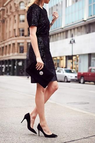 Come indossare: vestito a tubino con paillettes nero, décolleté in pelle scamosciata neri, pochette di velluto decorata nera