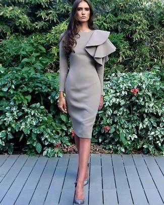 f1f12e171635 Look alla moda per donna  Vestito a tubino con volant grigio ...