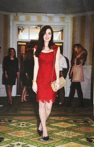 Come indossare: vestito a tubino di pizzo rosso, décolleté in pelle scamosciata neri, borsa a tracolla in pelle dorata, collana dorata