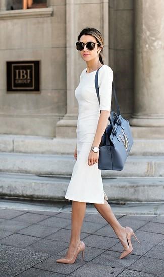 Come indossare: vestito a tubino bianco, décolleté in pelle beige, cartella in pelle blu, occhiali da sole leopardati marrone scuro
